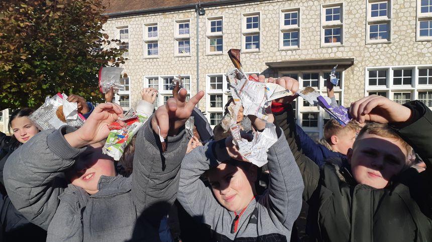 Les élèves ont trouvé plusieurs dizaines d'emballages de goûters dans leur cour de récréation