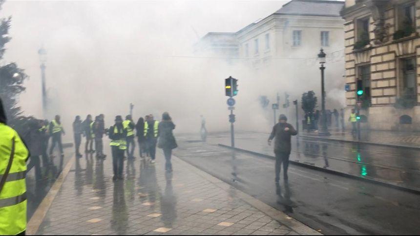 Place Jean Jaurès, les forces de l'ordre bloquent l'accès de la rue Nationale et ripostent par des tirs de lacrymogènes ou des grenades de désencerclement