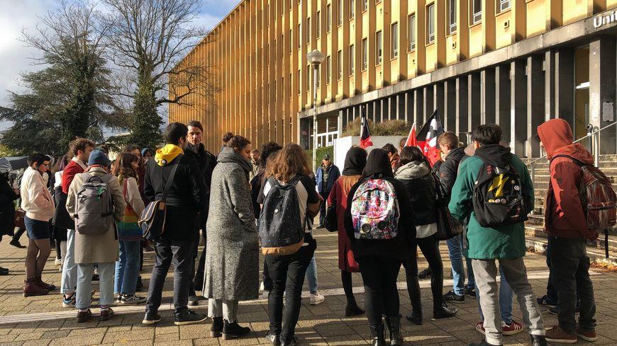 Une cinquantaine d'étudiants rassemblés, ce mardi, dans le campus du Saulcy, après s'être rassemblés devant le Crous de Metz.