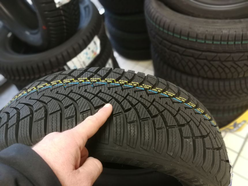 Les pneus hiver sont lamélisés et accrochent mieux la route en période froide que les pneus hiver