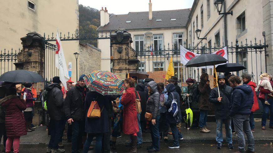 """Des militants du mouvement """"Nous voulons des coquelicots"""" sont venus apporter leur soutien au maire de Nans-sous-Sainte Anne"""