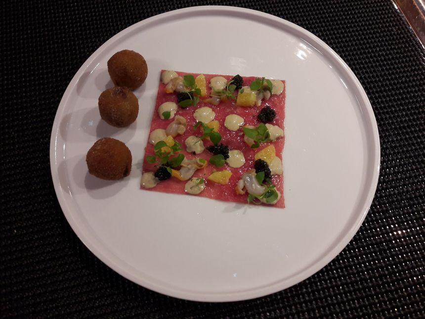 Carpaccio de veau de l'Aveyron, coques et caviar Osciètre, Cromesquis de tête de veau et orange, sauce vitello