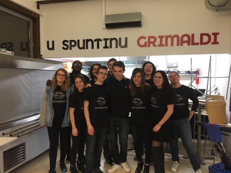 Une partie de l'équipe de l'association Aiutu Studientinu
