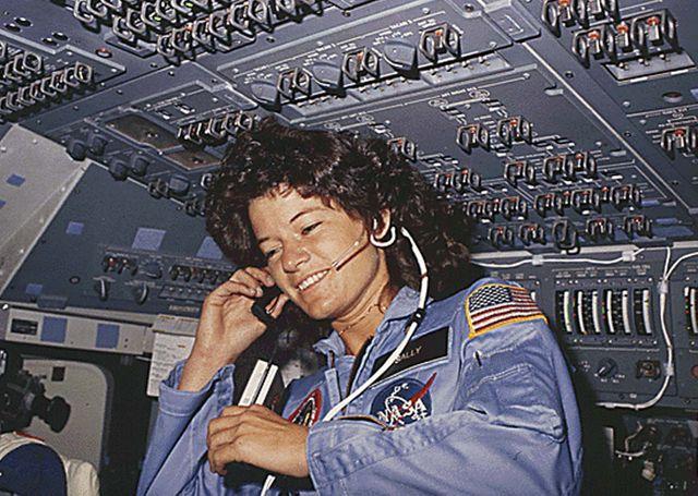 Sally Ride, 1ère américaine dans l'espace, en train de communiquer avec le centre de contrôle, pendant son séjour de six jours dans l'espace, à bord de la navette Challenger (1983).