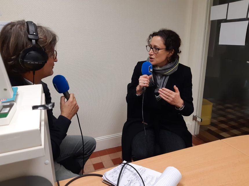 Emmanuelle Wargon, dans le studio improvisé par France Bleu Occitanie à Mirepoix-sur-Tarn.