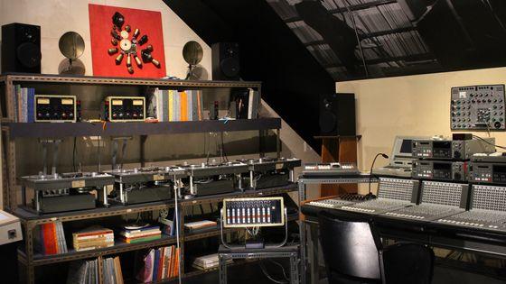 La reconstitution du studio de Pierre Henry a été supervisée par Isabelle Warnier, veuve du compositeur.