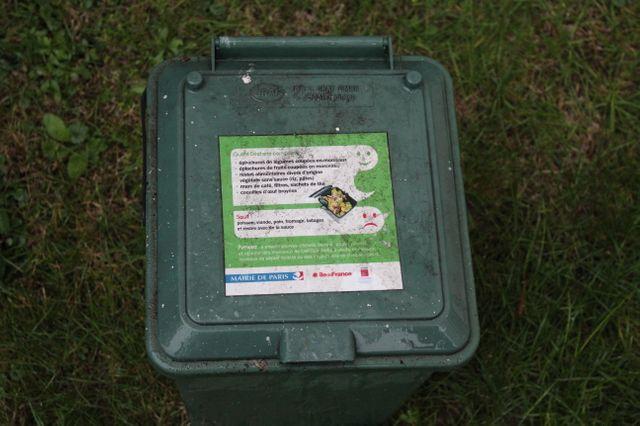 Dans l'immeuble, les habitants ont des boites pour rassembler leurs déchets organiques avant d'aller les mettre dans les bacs du jardin