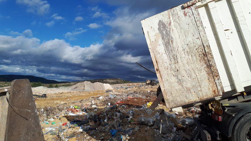 Un camion vide des déchets dans la décharge de Castries