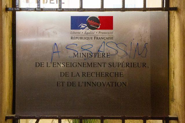 """Plusieurs tags ont été inscrits sur les murs du ministère comme """"Assassins""""."""