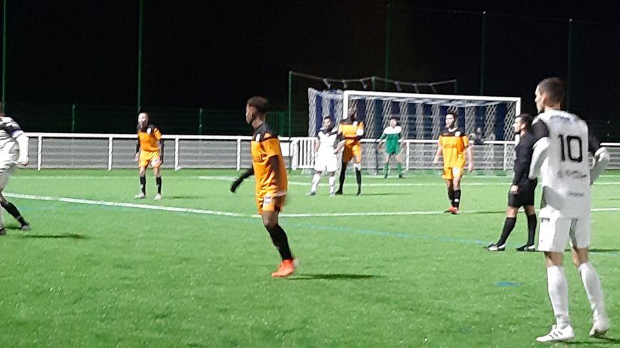 le Stade lavallois s'incline devant le leader Châteaubriant 2-1.