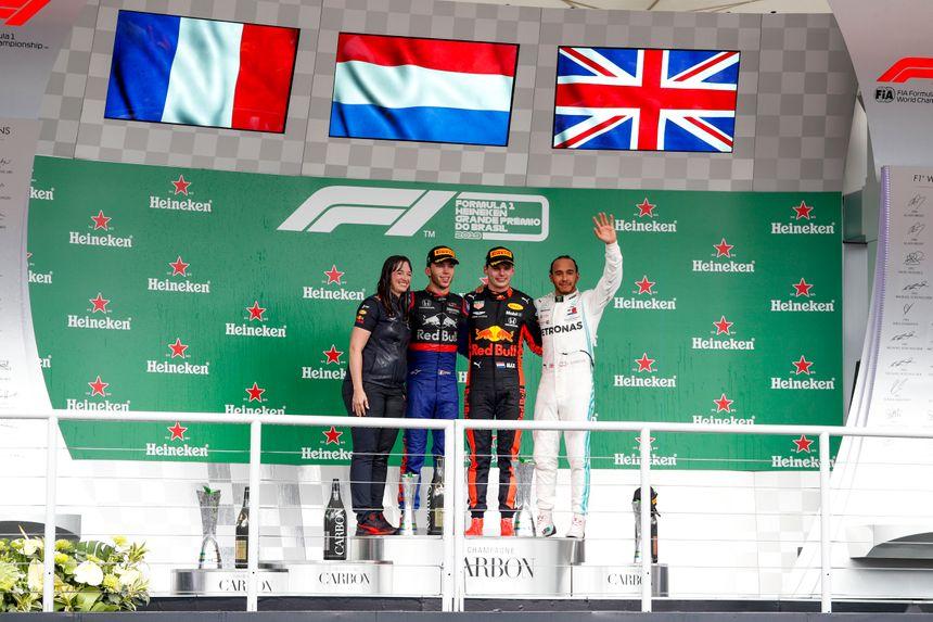 Enfin le drapeau français sur un podium de Grand Prix ! Pierre Gasly aux côtés de Max Verstappen (vainqueur) et Lewis Hamilton (3e puis pénalisé)