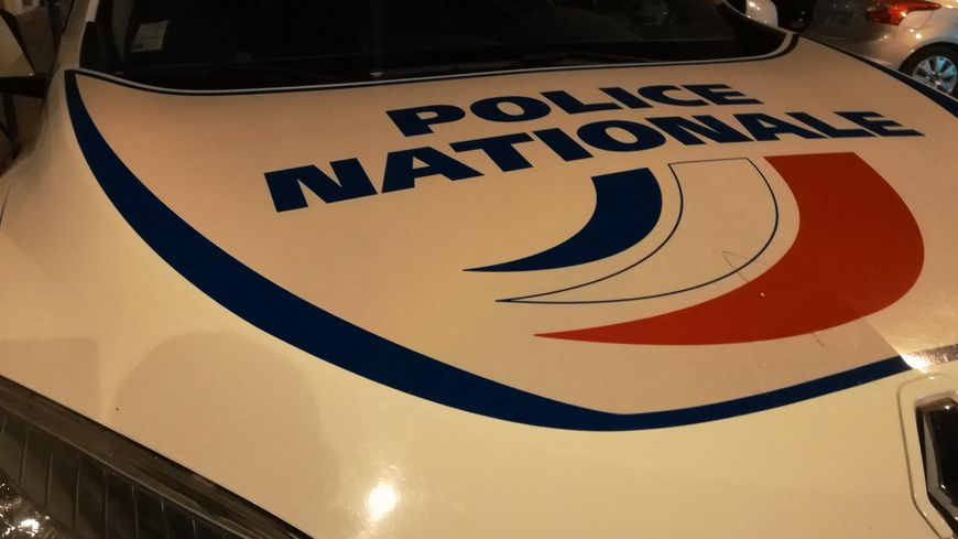 Les policiers ont découvert les quatre hommes en ouvrant la cargaison du camion