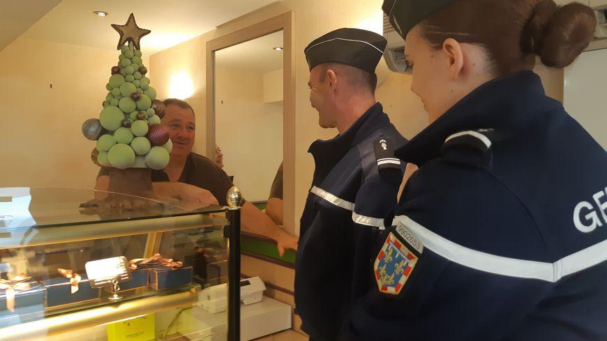 Deux réservistes en patrouille dans une boulangerie de La Châtre