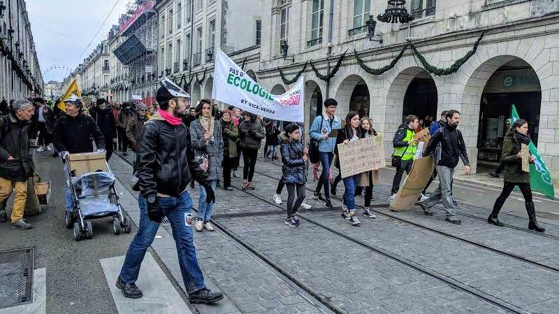 """300 personnes ont participé à la marche à l'appel du collectif """"Il est encore temps Orléans""""."""