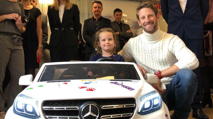 Romain Grosjean offre une voiture électrique pour les petits patients des urgences de l'hôpital de Saint-Julien-en-Genevois (Haute-Savoie). © Radio France - Richard Vivion