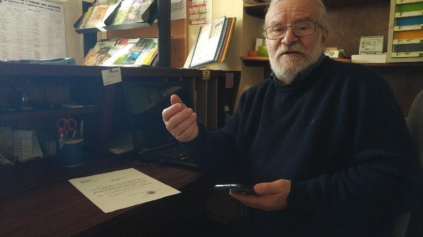 Le maire de Bidon, André Vermorel, dans sa mairie privée d'internet, le 25 novembre 2019.