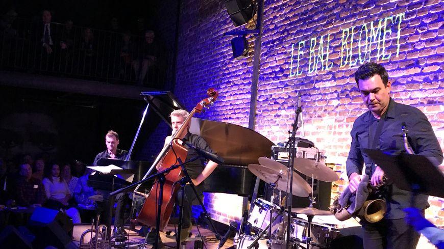 Le contrebassiste Kyle Eastwood avec son Quintet sur la scène du Bal Blomet
