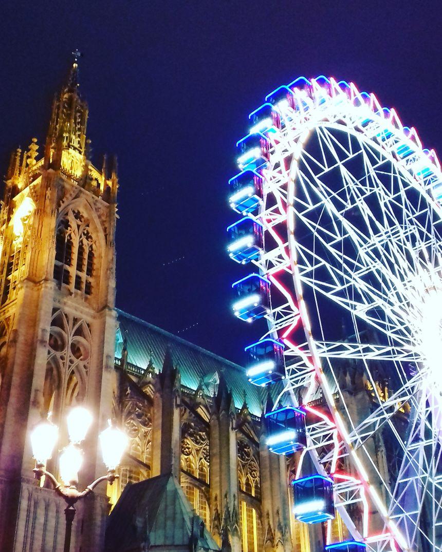 Grande roue de Noël devant la cathédrale Saint-Etienne de Metz, décembre 2017