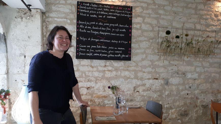 """sarah Aubin dans la salle du restaurant """" De l'Ile aux papilles""""- Saint Pierre d'Oléron"""