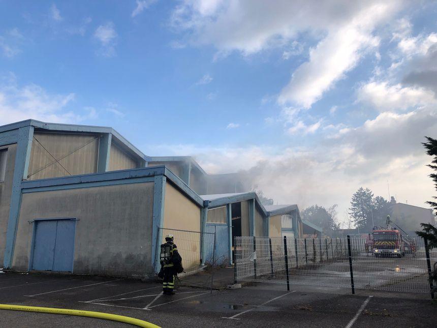 le gymnase désaffecté de la Roche-de-Glun en proie aux flammes