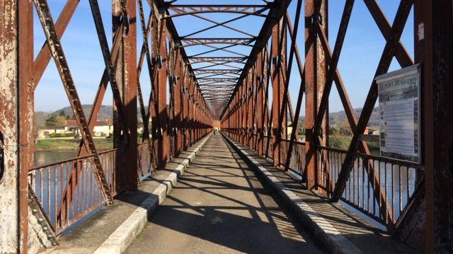 Le pont du garrit construit il y a 125 ans enjambe la Dordogne entre Berbiguières et Saint-Cyprien