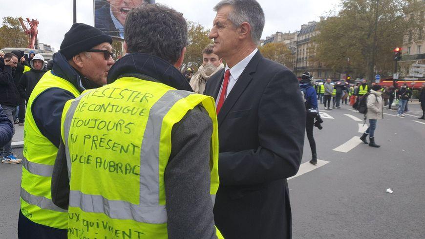 Le député Jean Lassalle a tenu à dialoguer avec les gilets jaunes, place de la Bastille à Paris, pour l'anniversaire du mouvement.
