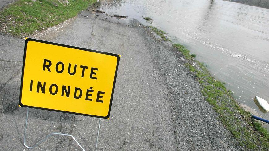 Plusieurs routes inondées dans les Landes sont fermées à la circulation