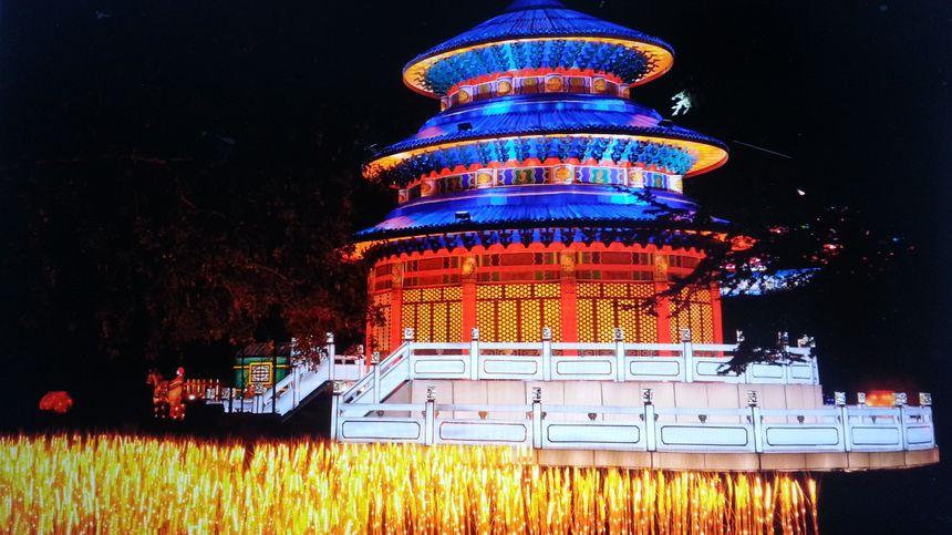 Le Palais du Ciel, réplique de celui de Pékin, derrière un champ de blé reconstitué en leds.