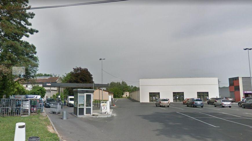 L'employé de la station service s'est fait arracher sa caisse par deux individus en scooter sur le parking du supermarché Netto à Graulhet