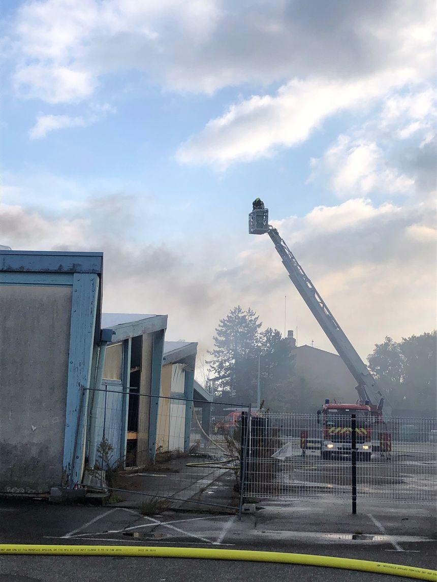 Une soixantaine de pompiers sont à pied d'oeuvre pour éteindre l'incendie du gymnase