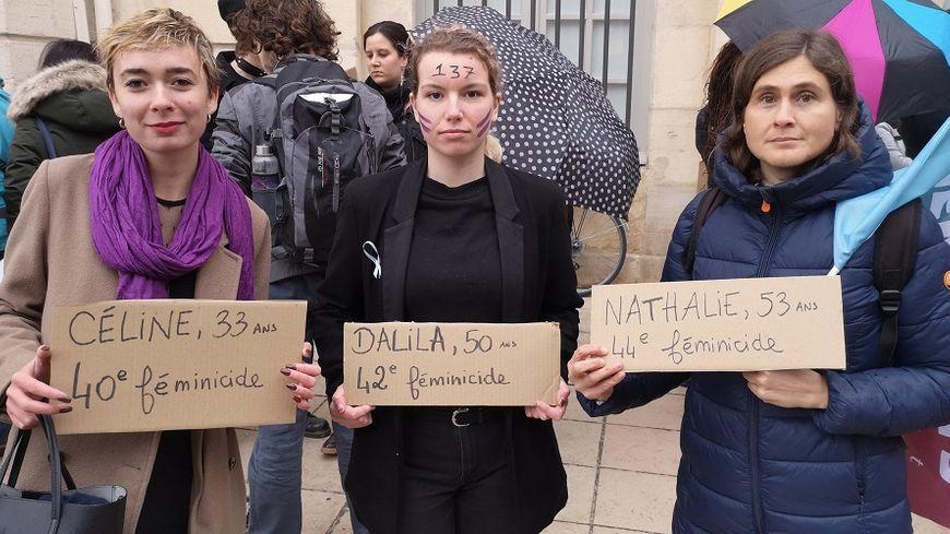 Les manifestantes brandissent les prénoms des 137 femmes tuées depuis le début de l'année
