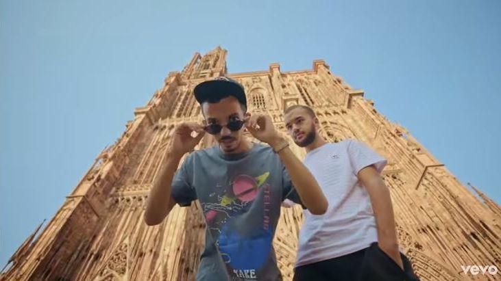 Big Flo et Oli s'arrêtent devant la cathédrale de Strasbourg lors de leur tour de France
