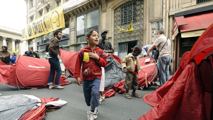 Selon plusieurs associations, 700 enfants sont à la rue, chaque soir, à Paris.