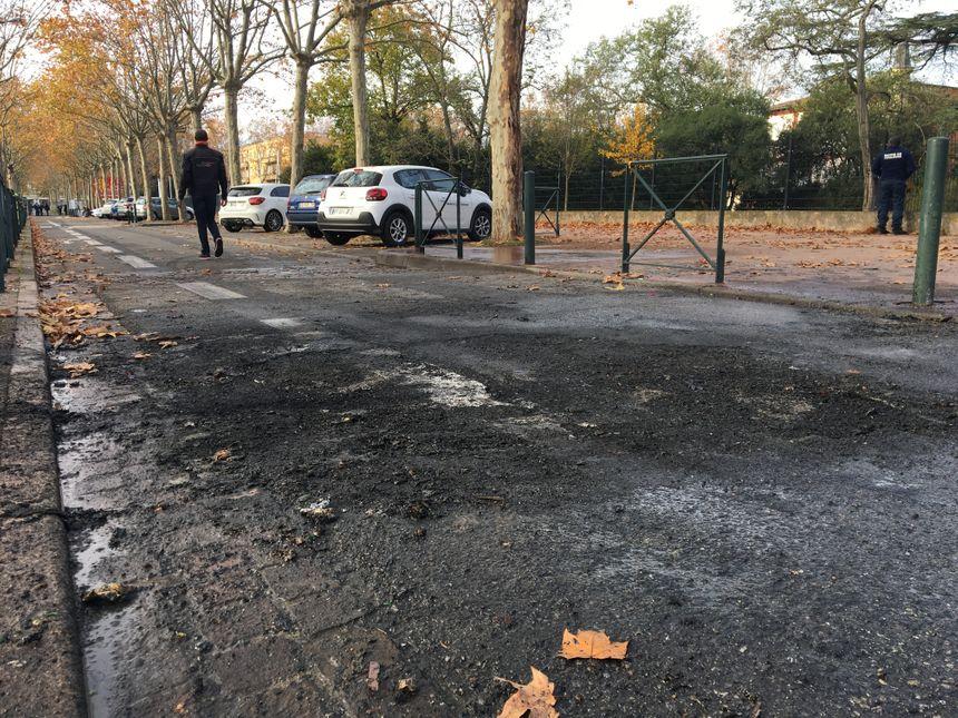 Le goudron fume encore ce lundi après-midi dans l'allée qui mène au lycée Raymond Naves, après qu'un container a été incendié par jeunes dans la matinée