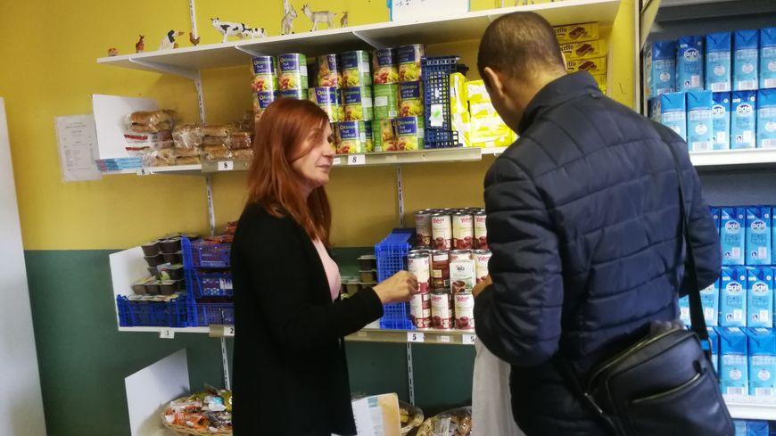 Une bénévole et un bénéficiaire du centre Dijon-Sud des Restos du Coeur