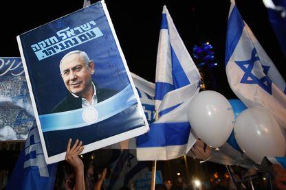 Des partisans du premier ministre israélien Benjamin Netanyahou brandissent des pancartes à son appui, Tel-Aviv, le 26 novembre 2019