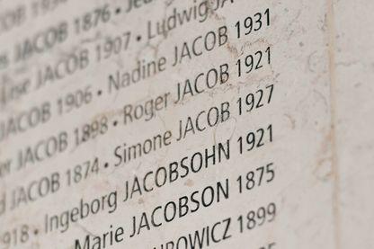 Le Mur des Noms des 76 000 Juifs déportés,  notamment celui de Simone Veil, au Mémorial de la Shoah à Paris