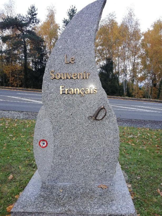 La stèle a été relevée par les services de la mairie, la lame de 70 centimètres est toujours manquante.