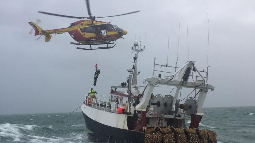 7 sauveteurs 42 pompiers et un hélicoptère se sont portés au secours de l'équipage du chalutier