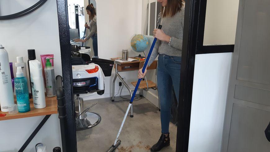 Chez Didier Bécault à La Rochelle, les cheveux coupés ne finissent plus à la poubelle, mais envoyés à une association varoise qui promet de les recycler.
