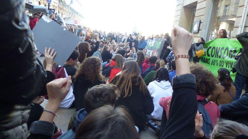 Le sit-in devant l'Apple Store.