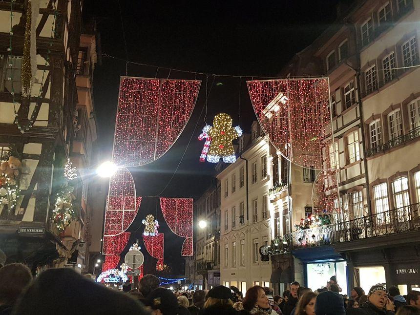 Les rideaux rouges, décorations de Noël de la rue du Vieux-Marché-au-Poisson de Strasbourg (2019)