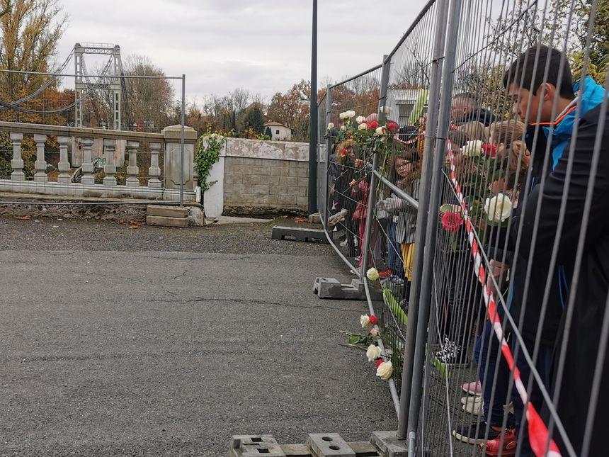 Des fleurs ont été accrochées sur les grilles qui bloquent l'accès au pont en hommage aux victimes