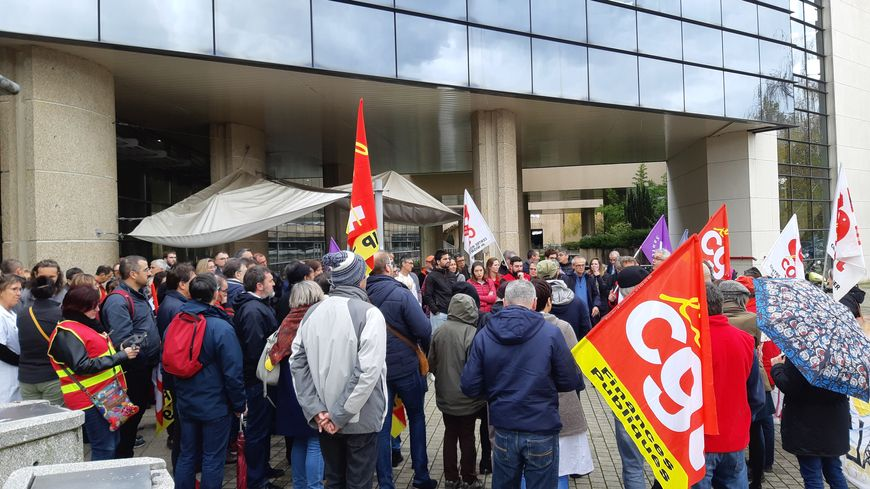 """Manifestation à l'hôpital de Niort : """"On est là pour soigner des gens, pas pour faire de l'argent"""" - France Bleu"""