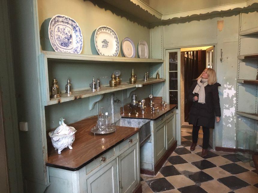 Isabelle Oberson, directrice du château, pose dans l'office, pièce destinée à la préparation des plats et attenante à la salle à manger.