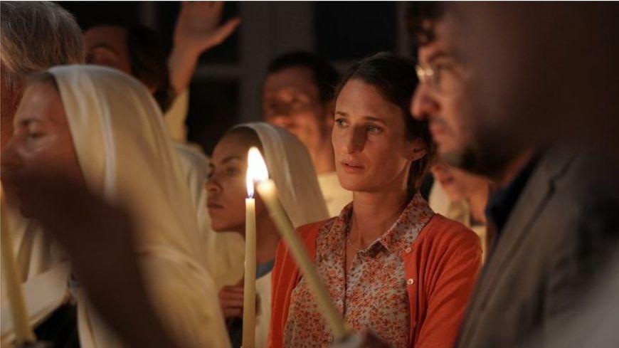 Les éblouis de Sarah Suco raconte l'histoire d'une famille embrigadée dans une communauté religieuse.