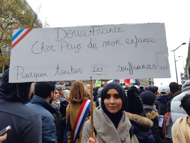 Une jeune femme venue particper à la marche contre l'islamophobie.