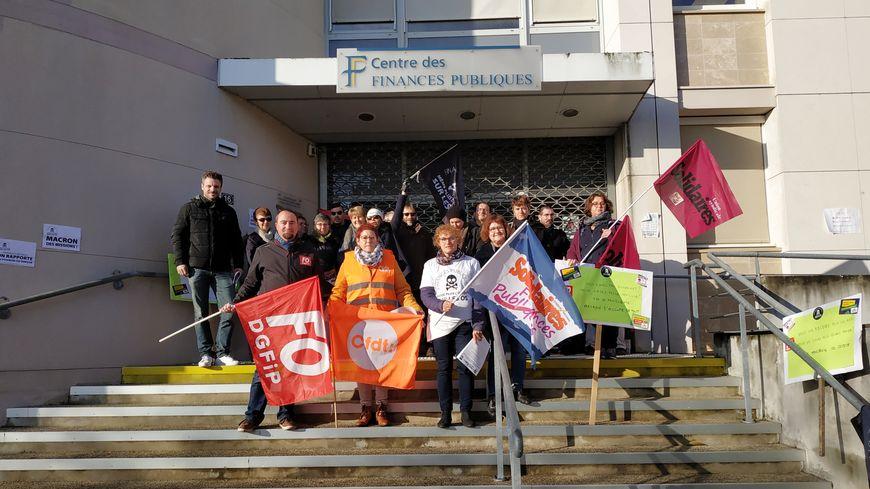 Les agents de la direction générale des finances publiques devant le centre des impôts de Château-Gontier-sur-Mayenne