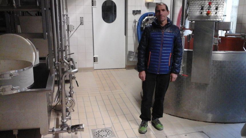 Christophe Cuenet dans l'atelier de fabrication de la fromagerie, comme par hasard au cœur du village !