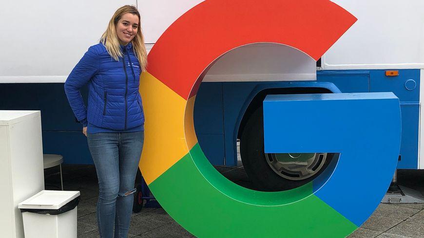 """Le bus Google est stationné sur le parvis d'Equinoxe à Châteauroux. Photo : Federica Grimaldi """"Coach Google"""""""
